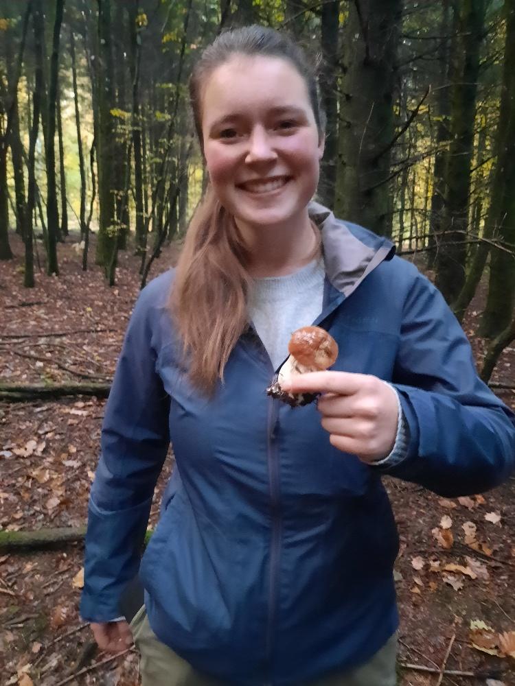 Découverte pour Veronica de nos bois champignoneux en automne et avec une de ses familles d'accueil.